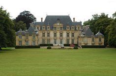 """Château de Rivière Bourdet Quevillon Seine-Maritime (76) Cet élégant château du 17è en pierre de Caumont surnommé le """"Versailles normand"""", se dresse en bord de Seine près de la forêt de Roumare"""