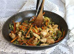 I bocconcini di pollo con verdure sono un secondo piatto molto saporito. Facile da preparare, leggero e salutare piacerà a grandi e bambini.