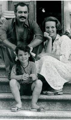 FİKRET HAKAN- HÜLYA KOÇYİĞİT- GÜLŞAH SOYDAN Günümüzde yuvasını kurmuş, anne olmuş ve de kayınvalideliğe hazırlanan Gülşah (Soydan) Alkoçlar, annesi Hülya Koçyiğit ve Fikret Hakan'la aynı filmde buluşmuştu. 'Gülşah Küçük Anne' sinemalarda büyük ilgi görmüştü.