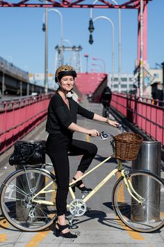 How an Elle Editor Biked to Work for a Week and Looked Good Doing It Mountain Bike Accessories, Mountain Bike Shoes, Cool Bike Accessories, Mountain Biking, Cycle To Work, Commute To Work, Road Bike Women, Commuter Bike, Bicycle Maintenance