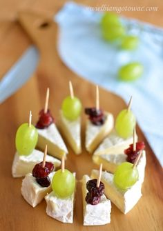 Camembert na imprezę (Przekąska z sera camembert) snacks Snacks Für Party, Appetizers For Party, Appetizer Recipes, Toothpick Appetizers, Party Canapes, Wedding Canapes, Shower Appetizers, Nibbles For Party, Simple Appetizers