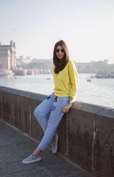 Casual work attire, girl photography, travel photography, trendy outfits, f Casual College Outfits, Casual Work Attire, Casual Fall Outfits, Casual Jeans, Simple Outfits, Summer Outfits, Stylish Dresses, Stylish Outfits, Casual Dresses