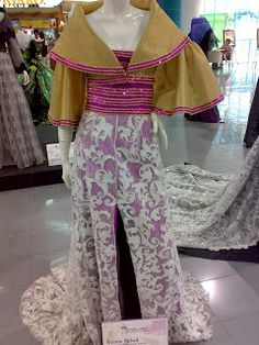 This is the Buwan ng Wika Exhibit last August I love the modern Filipiniana designs of some famous Filipino Fashion Designers. Gown Dress Design, Dress Designs, Traditional Fashion, Traditional Dresses, Filipiniana Dress, Filipino Fashion, Evening Gowns, Philippines, Designer Dresses