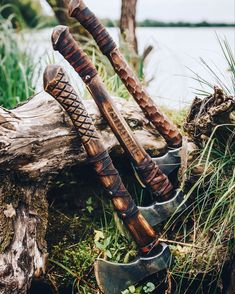 I wouldn't mind giving one of these guys a go. I'm a big fan of the carved details. 🎪🔥are you an axe lover or knife lover? Knives And Tools, Knives And Swords, Cool Knives, Survival Knife, Survival Gear, Bushcraft, Throwing Axe, Axe Handle, Viking Axe
