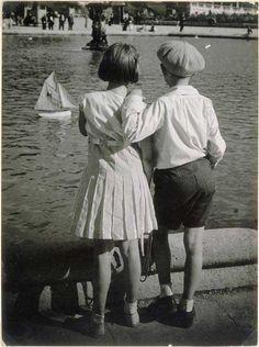 1930: Bassin du Luxembourg– fotografie de Brassaï (1899 – 1984)