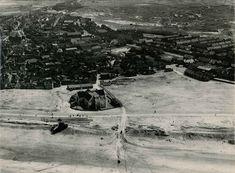 In de kaalgeslagen vlakte stond de Oude Kerk als een soort baken nog overeind. Om te voorkomen dat de toren van de kerk als herkenningspunt kon dienen voor vijandelijke schepen en vliegtuigen, was deze al op 14 december 1942 van de kerk verwijdert.  Foto: Van der Plas, Gemeentearchief Katwijk