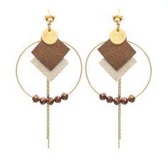 Les boucles d'oreilles Zoé, au top de la tendance avec le mariage du métal et du cuir ! Suivez la fiche DIY fournie dans le kit et réalisez vous-même, étape par étape, ce kit bijou. Matériel fourni pour la fabrication de ce kit-bijou : cuir d'agneau beige doré, cuir d'agneau bronze, chaîne serpent dorée, serre-fils dorés, anneaux 4mm, montures de créole 35mm, clous d'oreilles avec poussoirs papillon, pastilles en métal, perles en verre facettées à la ma...