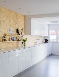 Cocina blanca con pared en OSB - White kitchen with OSB backsplash 1920s House, Kitchen Interior, Scandinavian Kitchen, Furniture Renovation, Chipboard Interior, Home Kitchens, Kitchen Renovation, Kitchen Design, Osb Furniture