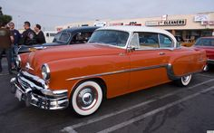 1954 Pontiac Star Chief - Winter White over Coral Red, fvl