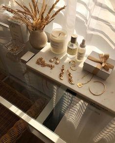 Nachttisch Organisation Minimal Home Decor Jewellery Organization Cream Aesthetic, Gold Aesthetic, Classy Aesthetic, Aesthetic Rooms, Makeup Aesthetic, Aesthetic Vintage, Minimal Home, My New Room, Home Interior