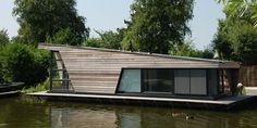 Prefab house / contemporary / two floor / energy-efficient Floating Architecture, Modern Architecture, Houseboat Living, Water House, Unusual Homes, Floating House, Boat Design, Prefab Homes, Urban Planning