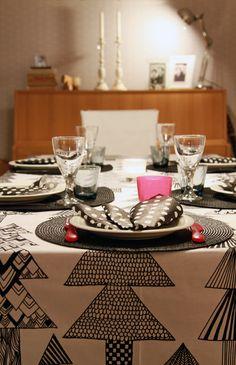 Pöydän päässä paikka kaksivuotiaalle, pöytäliina Kuusikossa Marimekolta. Dining table. Table cloth and napkins, Marimekko.