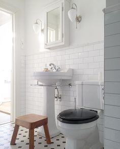 """Ylva-Li Strandsjö (@ylvali.borstahusen) på Instagram: """"Varför ska det vara så svårt att fota badrum?  Barnpallen är av modell REJÄL - här trillar inga…"""""""