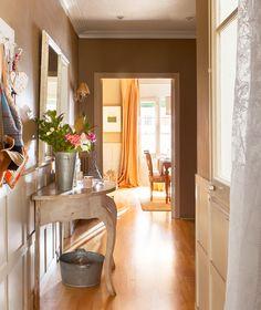 Entramos en casa de nuestra compañera, directora de Labores del Hoga Porch Decorating, Interior Decorating, Interiores Design, My Dream Home, Entryway Tables, Architecture Design, Sweet Home, House Design, Living Room