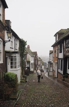 England Travel Inspiration - a trip to the English County of East Sussex calls for a visit to the British treasure that is Rye. Full of cobbled streets including the insta-famous Mermaid Street, tea rooms and antique shops; Rye is a perfect destination fo