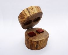 It's a wooden log, a little hunk of nature on your hands. In the hurt of that wooden log, they are hiding the wooden cufflinks of your selection. Wood Gift Box, Wood Gifts, Wedding Boxes, Wedding Gifts, Gifts For Father, Gifts For Him, Wood Grain, Groomsmen, Natural Wood