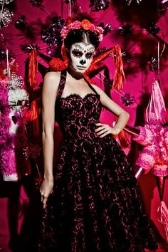 """Die Grazer Designerin Lena Hoschek zeigte damals auf der Fashion Week unter dem Motto """"Mexiko"""" ihre typisch weibliche Kollektion. Ich berichtete bereits damals """"Lena Hoschek – Mexiko"""", passend zu dieser außergewöhnlichen Kollektion erschienen diese tollen Kampagnenbilder, die ich euch natürlich nicht vorenthalten will. Das grandiose Totenkopf Make-up und farbenfrohe Kleider zieren die Kollektion, insziniert sind…"""