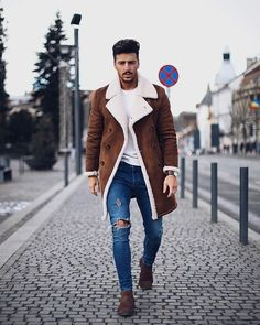 60 best ways to style a shearling jacket. Suede shearling peacoat, white t-shirt, blue jeans, suede Chelsea boots Click image to view more. Mens Winter Fashion Trends, Winter Outfits Men, Trendy Outfits, Ootd Winter, Fall Winter, Mens Fashion Blazer, Dope Fashion, Men Fashion, Fashion Guide