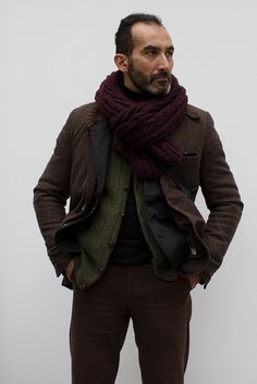 The thick-knit muffler ties it all together! ~js  trendenciashombre.com