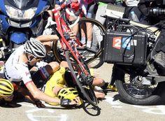 12 tappa Tour de France caduta nel finale di Chris Froome, in seguito a uno scontro tra Porte e la moto della tivu fermatasi all'improvviso. La giuria decide mdi lasciargli la maglia gialla