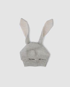 Den blødeste hue med kaninører til baby fra Oeuf. Huen er lavet i smørblødt baby alpaca uld og har de skønneste lange kaninører. Huen tages over hovedet som en lille elefanthue og varmer lunt i de kolde måneder. En skøn og anderledes hue til den lille baby!