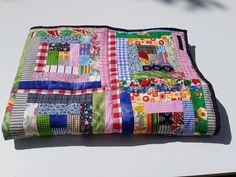 Plaid en patchwork multicolore pour bébé via Léo et Léonie. Click on the image to see more!