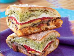 mediterranean pressed picnic sandwich This sandwich turns take-along food flaws--travel time, cramped packing quarters, moist ingredients--into assets. Pressing the sandwich lets the crusty bread soak up roasted vegetable juices, and tra. Deli Sandwiches, Pressed Sandwich, Veggie Sandwich, Soup And Sandwich, Sandwich Recipes, Tuna Recipes, Picnic Recipes, Eggplant Sandwich, Gastronomia