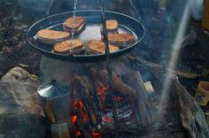 Ontbijt boven een vuurtje
