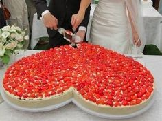 Si les encanta el mostachón con fresas, ¿Qué les parece está magnífica y deliciosa idea para el pastel de bodas?!     ///    Do you love cheesecake???... what about this great and beautiful (and of course, delicious!) idea for your wedding cake?!