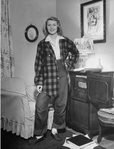 Teenage girl wearing blue jeans and large checkered shirt which is usual after-school costume. Location: St Louis, MO, US Date taken: December 1944 Photographer: Nina Leen Teenager Outfits, Teenager Mode, Boy Outfits, Outfit Jeans, Socks Outfit, Fashion Moda, 1940s Fashion, Teen Fashion, Vintage Fashion