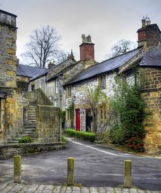 A little lane just off King Street in Bakewell, Derbyshire. Home of yummy Bakewell Puddings! mmmm