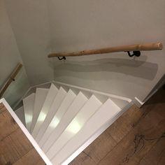 Maak van je trap een eyecatcher! Natuurlijke boomstam trapleuning met verlichte traptreden, voor nog meer sfeer! www.decoratietakken.nl