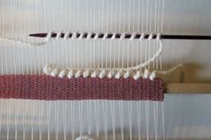 Super site pour apprendre à tisser ! tuto tissage mural Weaving Wall Hanging, Weaving Art, Tapestry Weaving, Loom Weaving, Hand Weaving, Basket Quilt, Diy Couture, Tear, Fabric Manipulation