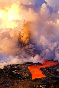 Lava flows next to an eruption  (© Caters)