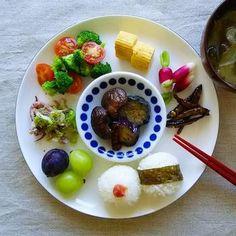 野菜から果物までバランス良くまとめられた朝食プレート。彩りもとてもきれいですね。中央に小鉢を乗せてひと工夫しています。小鉢や小さな器で1枚のお皿の中に立体感がでます。