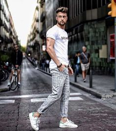 What Are Chinos and How Men Should Wear Them? Look Street Style, Men With Street Style, Costume Classe, What Are Chinos, Mens Photoshoot Poses, Casual Wear For Men, Photography Poses For Men, Fashion Photography, Herren Outfit