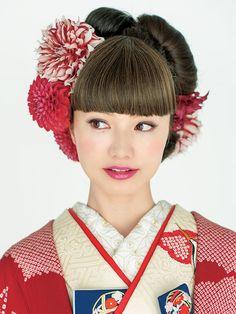 【Front】 総絞りの可憐な打掛に、ウィッグの前髪で印象的な目もとを演出。赤のダリアをたっぷりと飾り華や Wedding Headdress, Flower Headpiece, Japanese Hairstyle Traditional, Traditional Japanese, Pretty Hairstyles, Wedding Hairstyles, Geisha, Japanese Costume, Japanese Kimono