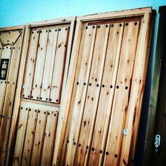 Puertas de entrada fabricadas en pino norte Suecia, en marco directo de 9cm y con cerradura corta de seguridad. www.carpinteriabacigalupe.com