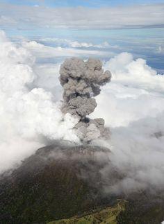 30.out.2014 - Fumaça e cinzas são expelidas pelo vulcão Turrialba, a cerca de 65 km a sudoeste de San José, na Costa Rica, nesta quinta-feira (30). Instituto Nacional de Emergências evacuou pessoas que viviam nas suas encostas. A erupção é a maior em 150 anos Imagem: Ovsicori/AFP