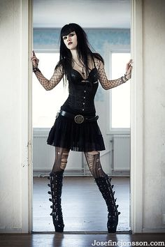 Top Gothic Fashion Tips To Keep You In Style. As trends change, and you age, be willing to alter your style so that you can always look your best. Consistently using good gothic fashion sense can help Gothic Mode, Gothic Lolita, Dark Gothic, Alternative Mode, Alternative Fashion, Goth Beauty, Dark Beauty, Tribal Fusion, Dark Fashion