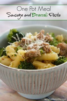 Sausage and Broccoli Pasta...this easy to make one pot meal has only 5 ingredients, takes less than 30 minutes to make, and costs under $15 for a family of 4-5! #OnePotMeal