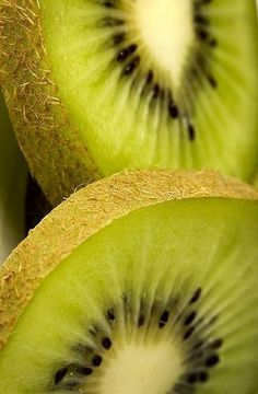Kiwi- stecken voller Vitamine  und Mineralien, weswegen sie  sehr nahrhaft sind. Sie haben  einen hohen Vitamin C Gehalt,  höher als der von Orangen  ,  und außerdem viel Vitamin E & A. Auch ihr Mineralstoffgehalt ist außergewöhnlich  hoch. Der hohe Kaliumgehalt kann  bei der Wundheilung helfen. Der Vitamingehalt verbessert den Zustand der Haut erheblich.  Wir verwenden die frischen Kiwis in Vanilla Dee-Lite, um die Haut in der Tiefe zu nähren und sie zum Strahlen zu bringen.