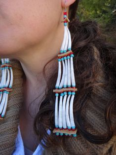 Dentalium shell, coral, Turquoise (Howlite), Moose hide These earrings of dental shells are quite heavy grams) They measure Shell Jewelry, Shell Earrings, Seed Bead Earrings, Fringe Earrings, Beaded Jewelry, Beaded Bracelet, Jewellery, Native American Regalia, Native American Earrings