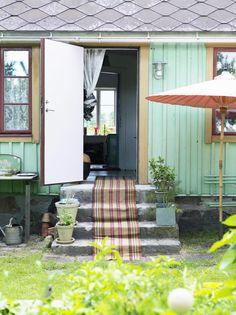 PALLEFARGEN: Den blågrønne fargen heter Pallefargen og er en linoljemaling, blandet spesielt etter den opprinnelige fargen på huset. En gammel fillerye på trappen ønsker velkommen inn.