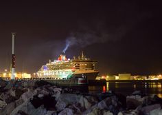 Le Queen Mary 2 quittant le port du Havre. #photo #photography #normandie #france #queenmary2 #boat #harbor #lh_lehavre #lehavre #lehavretourisme #lehavrebynight #city #citynights #unlimitednormandie #fb76 #france #sea #nikon #nikond5300 #nikonpassion