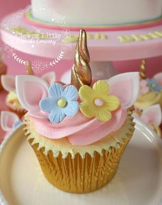 Unicorn Cake – Kuchen von Amanda´s Little Cake Boutique – CakesDecor - Neue Rezepte Mini Cakes, Cupcake Cakes, Cupcakes Lindos, Unicorn Foods, Unicorn Themed Birthday, Unicorn Cupcakes, Cute Desserts, Little Cakes, Savoury Cake