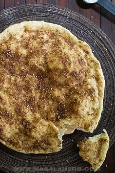 Zaatar Bread, also known as 1 manoushe or more manakish, is a flat bread topped with a irresistable olive oil zaatar paste. Middle Eastern Bread, Middle Eastern Recipes, Flatbread Recipes, Flatbread Pizza, Manakeesh Recipe, Zatar Recipes, Baking Breads, Asian Recipes, Ethnic Recipes