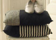 Begge pudebetræk er strikket efter denne enkle opskrift, men med striber i forskellige bredder