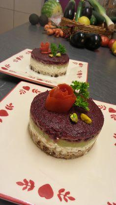 Délicieuse tarte avocat et racine rouge Cooking, Desserts, Food, Rye Bread, Salty Cake, Vegetarian Recipes, Lawyer, Tarts, Red