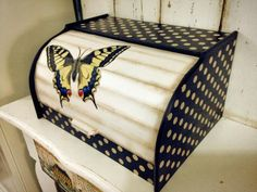 Breadbox with swallowtail butterfly Bread Bin, Bread Boxes, Wooden Bread Box, Decorative Painting Projects, Cherry Kitchen, Wood Boxes, Vintage Wood, Upcycle, Paper Crafts